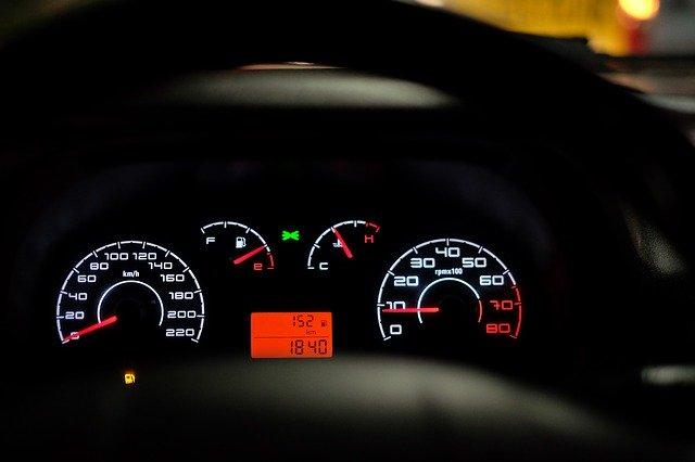 """Сигнал автомобиля - это автомобильное устройство, предназначенное для предотвращения дорожно-транспортного происшествия. Стандартный """"клаксон"""" устанавливается на всех автомобилях с завода и отличается низким и однообразным звучанием. Основные требования к звуковому сигналу автомобиля состоят из тональности и уровня шума - сигнал должен быть однотональным и уровень шума не должен превышать 122 дБ. Рассмотрим подробнее какая ответственность водителя за установку специальных сигналов на автомобиль..."""